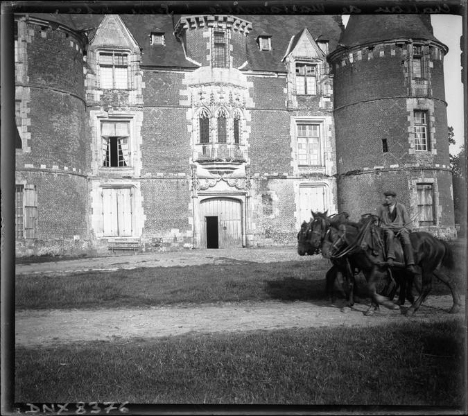 Attelage de chevaux devant la façade ouest