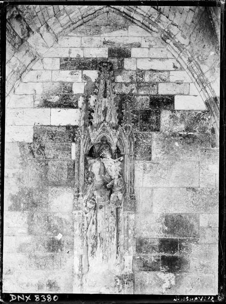 Statue sous un dais : Vierge à l'Enfant