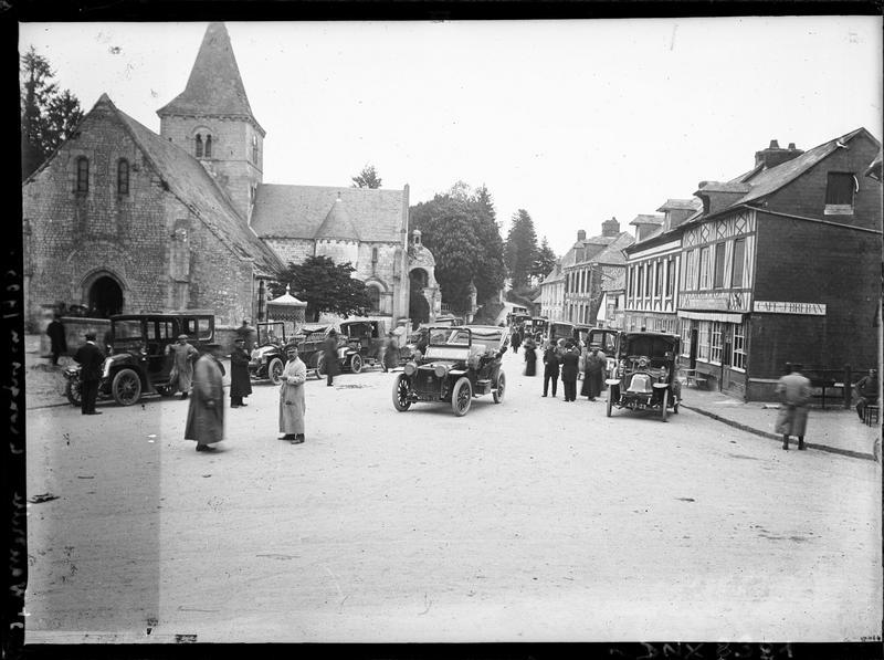 Automobiles devant les façades sud et ouest, animation liée au congrès de photographie du Havre de 1903