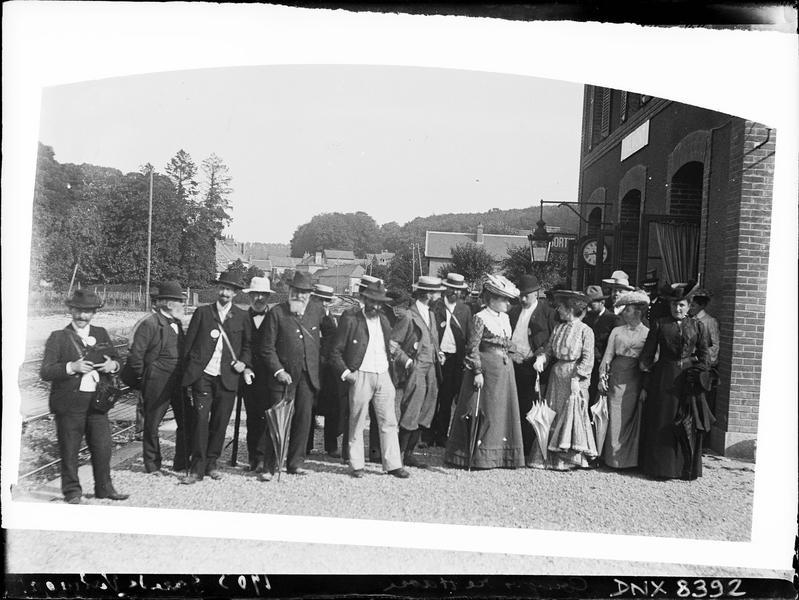Portrait collectif : participants au congrès de photographie du Havre de 1903, sur le quai de la gare