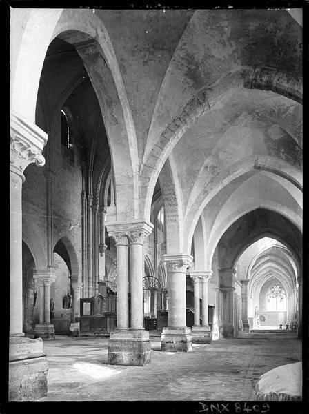 Intérieur : bas-côté sud et partie de la nef vers l'est