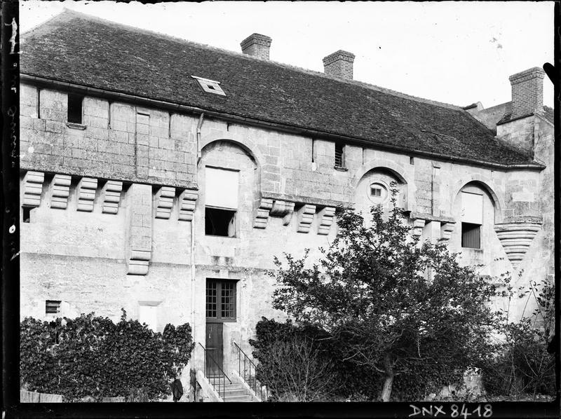 Logis, bâtiment sud-est : mâchicoulis et porte centrale