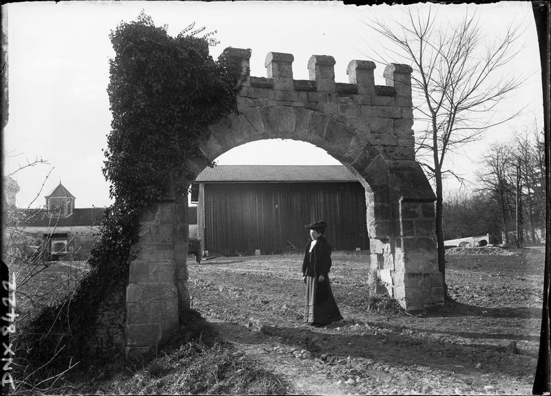 Porche monumental couronné de créneaux