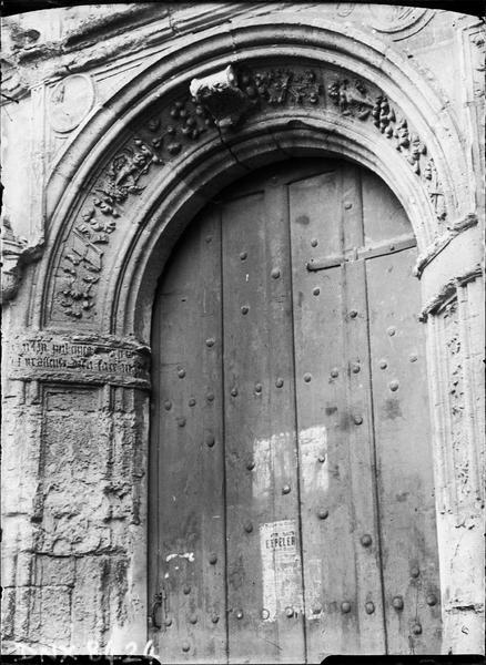 Portail double : portail de droite, voussure ornée de motifs Renaissance et inscription