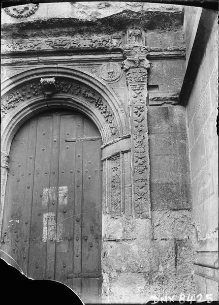 Portail double : portail de droite, voussure et pilastre ornés de motifs Renaissance