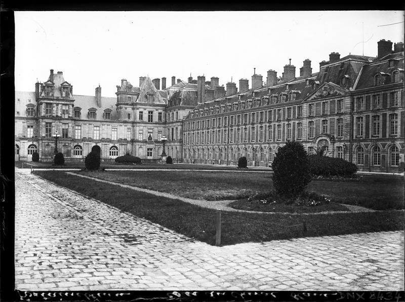 Façades sur la cour du Cheval Blanc ou cour des Adieux