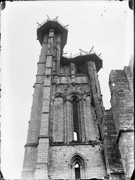 Tour en ruines côté ouest couronnée d'un échafaudage