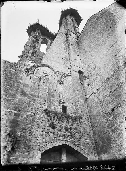 Tour en ruines côté sud couronnée d'un échafaudage : vue en contre-plongée