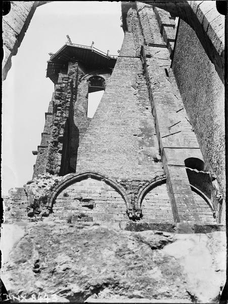 Tour en ruines côté sud couronnée d'un échafaudage : partie haute vue en contre-plongée