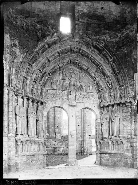 Tour en ruines côté nord, portail intérieur