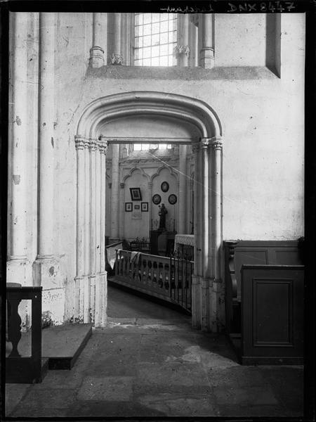 Intérieur : passage vers la chapelle nord du choeur