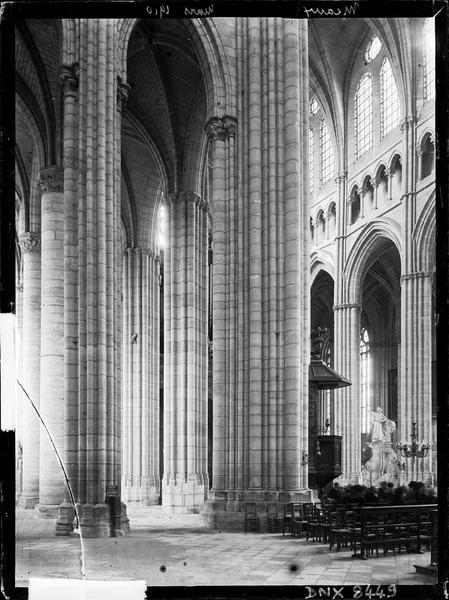 Intérieur : vue diagonale de la nef prise du transept sud