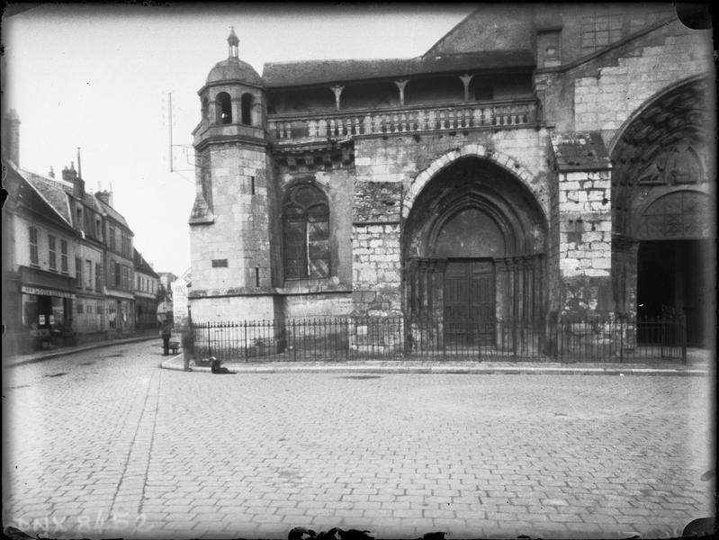 Eglise abbatiale : partie de la façade ouest