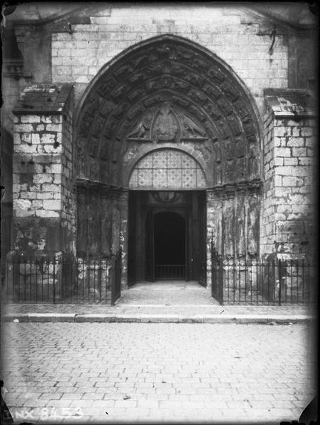 Eglise abbatiale : façade ouest, porche central