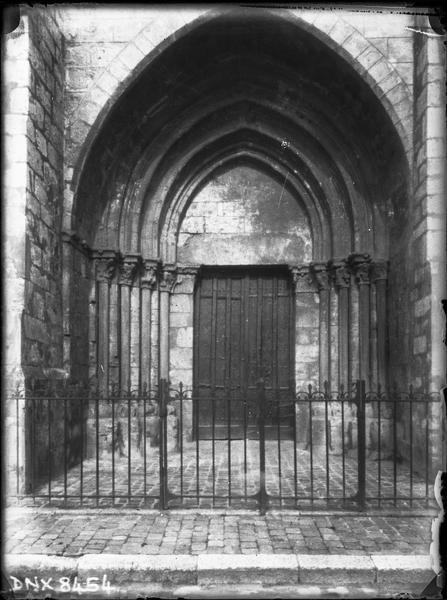 Eglise abbatiale : façade ouest, portail latéral droit