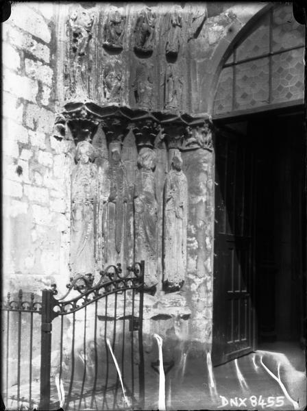 Eglise abbatiale : façade ouest, ébrasement gauche du porche central