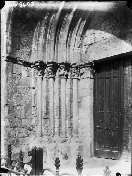 Eglise abbatiale : façade ouest, ébrasement gauche du portail latéral droit