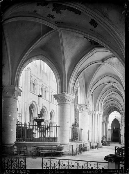 Intérieur : côté nord du déambulatoire vu vers la nef