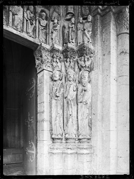 Façade ouest, portail : statues-colonnes de l'ébrasement droit