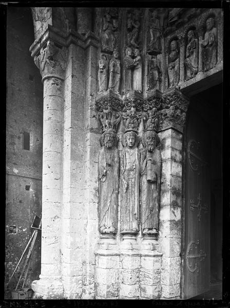 Façade ouest, portail : statues-colonnes de l'ébrasement gauche