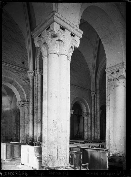 Intérieur : colonnes du collatéral sud et nef