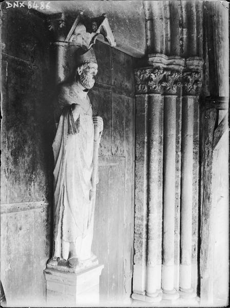 Façade ouest, trumeau du portail : statue de saint Apollinaire