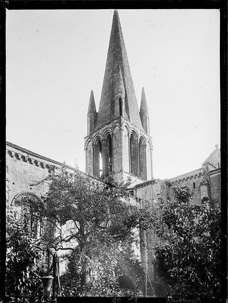 Eglise abbatiale Saint-Pierre : le clocher, angle sud-ouest