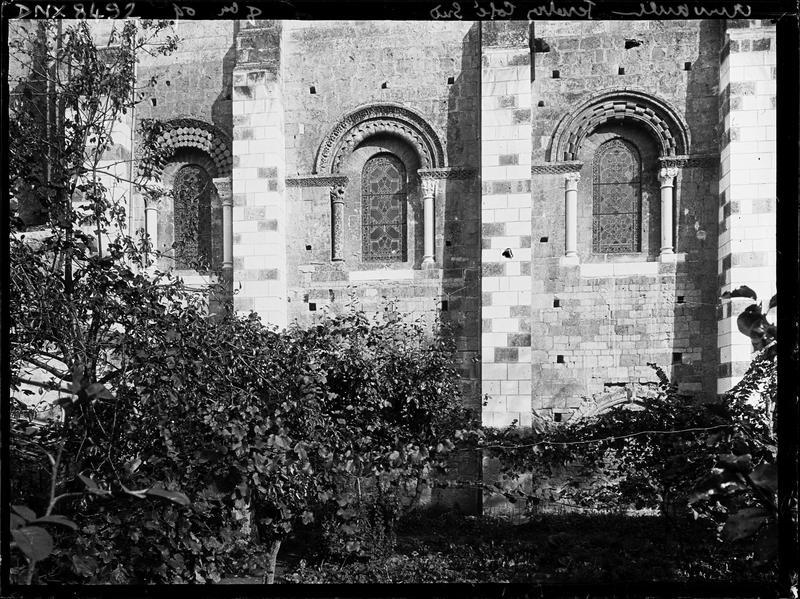 Eglise abbatiale Saint-Pierre, façade sud : fenêtres des trois premières travées