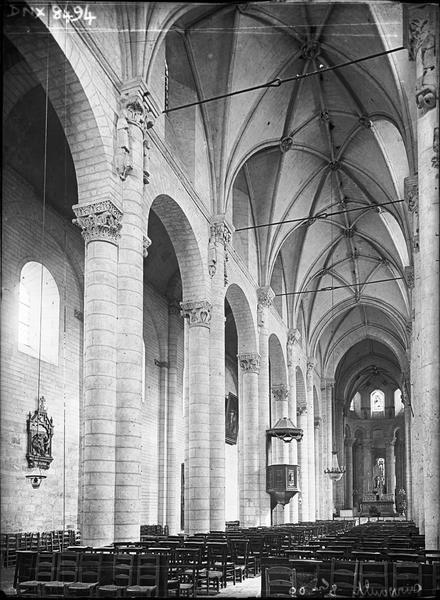 Eglise abbatiale Saint-Pierre, intérieur : nef et bas-côté nord vus de l'entrée