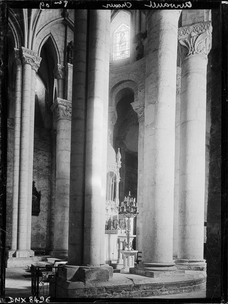 Eglise abbatiale Saint-Pierre, intérieur : partie du choeur et côté sud du déambulatoire