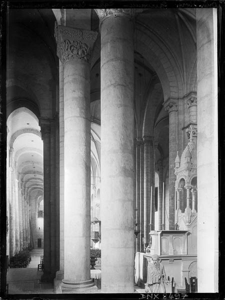 Eglise abbatiale Saint-Pierre, intérieur : colonnes sud du déambulatoire, partie du choeur et bas-côté sud