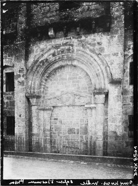 Façade ouest : portail, vue rapprochée