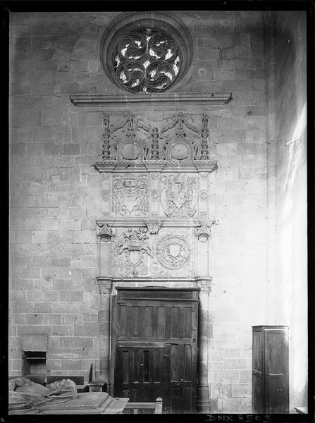 Intérieur : porte nord surmontée d'un bas-relief Renaissance