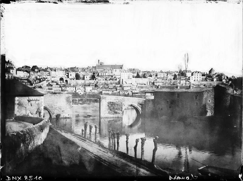 Vue générale de la ville en arrière-plan du vieux pont