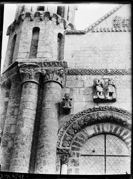 Façade ouest : détail de la partie nord, soubassement de la tourelle nord