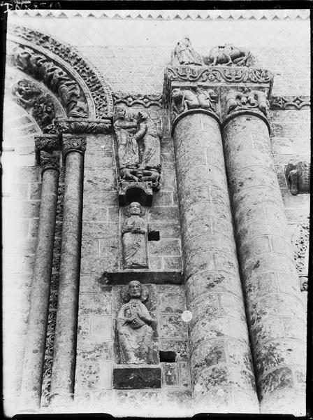 Façade ouest : colonnes jumelées et sculptures à droite de l'axe médian