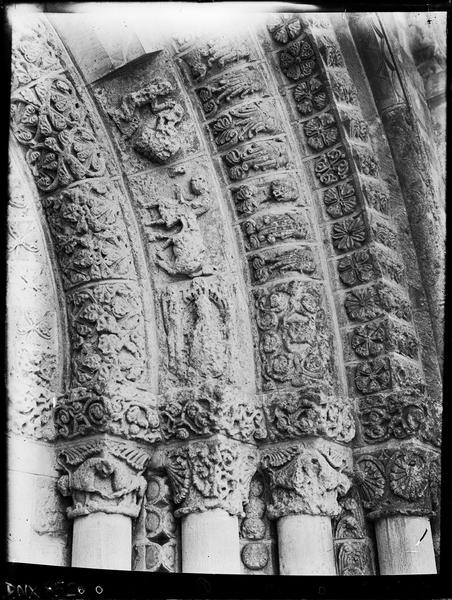 Façade ouest : partie droite du portail central, départ des voussures