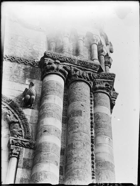 Façade ouest : détail de la partie sud, colonnes, soubassement de la tourelle sud
