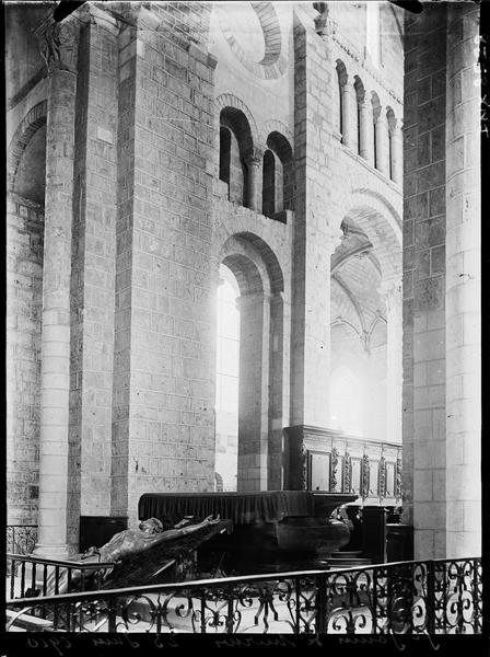 Intérieur : vue diagonale du choeur, statue de Christ déposée près de l'autel