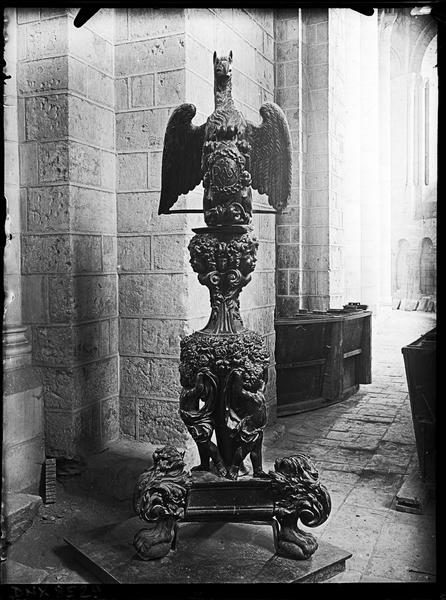 Intérieur : lutrin en forme d'aigle, au piédestal sculpté d'angelots