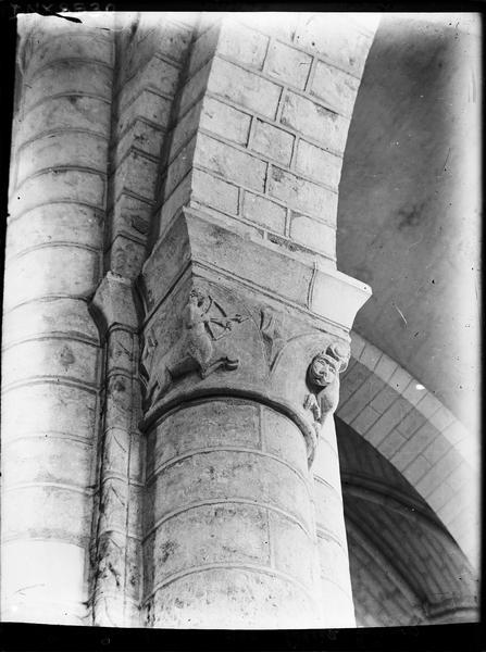 Intérieur : chapiteau sculpté d'un centaure archer