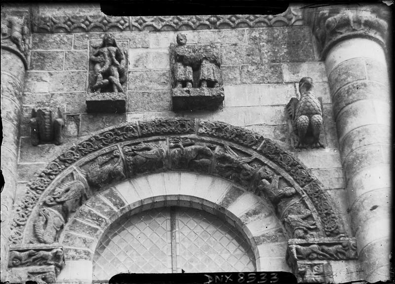 Façade ouest : détail de la partie sud, arc sculpté