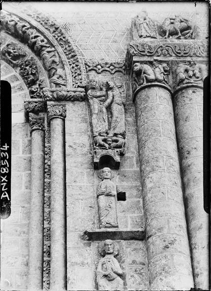 Façade ouest : colonnes et sculptures à droite de l'axe médian