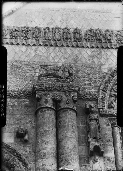 Façade ouest : chapiteaux et sculptures à gauche de l'axe médian