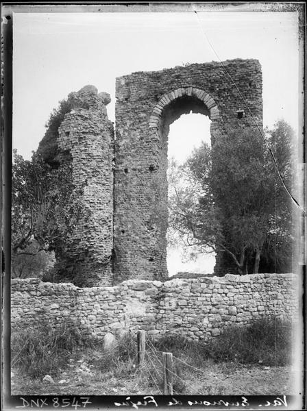 Vestiges d'une arche et de l'enceinte romaine