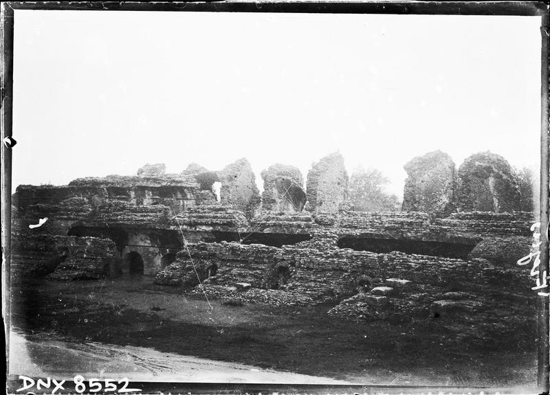 Arènes : ruines des gradins