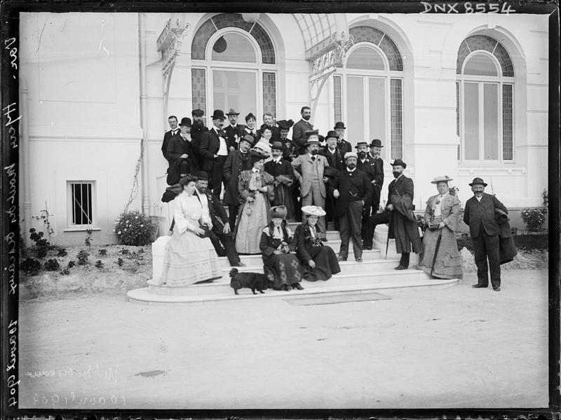 Portrait collectif : participants au congrès de 1904, sur le perron