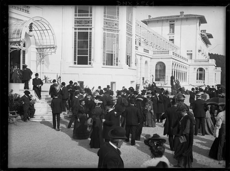 Participants au congrès de 1905 devant l'entrée