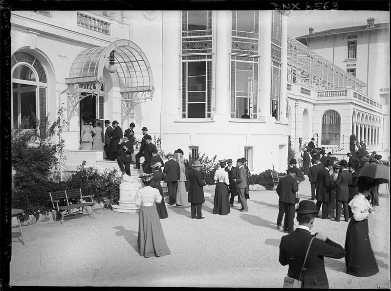 Participants au congrès de 1905 montant les marches du perron