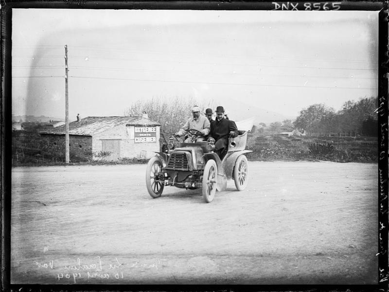 Automobile roulant près de la gare de La Pauline